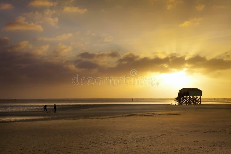 Por do sol na praia de St. Peter-Ording fotografia de stock