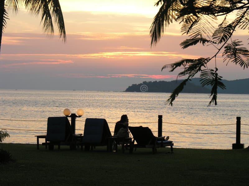 Por do sol na praia de Tunjung Aru fotos de stock royalty free