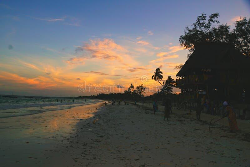 Por do sol na praia de Uroa, Zanzibar fotografia de stock royalty free