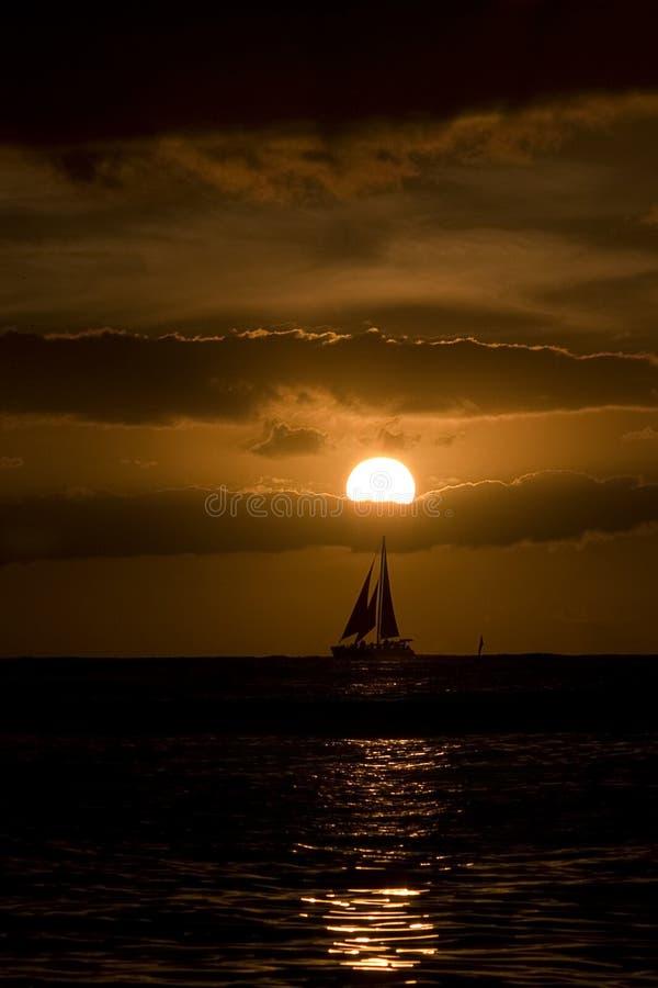 Por do sol na praia de Waikiki, Havaí fotografia de stock