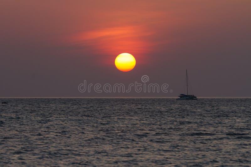 Por do sol na praia do por do sol na ilha de Lipe fotografia de stock