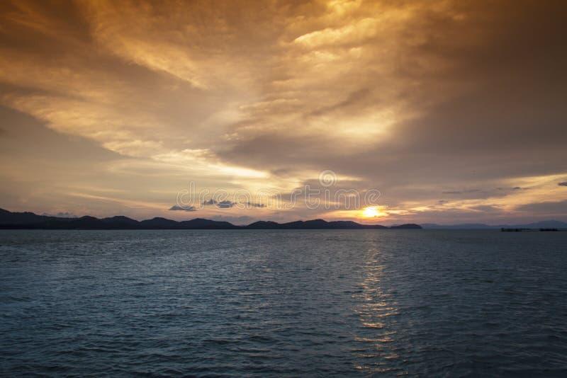 Por do sol na praia e nas montanhas fotografia de stock royalty free