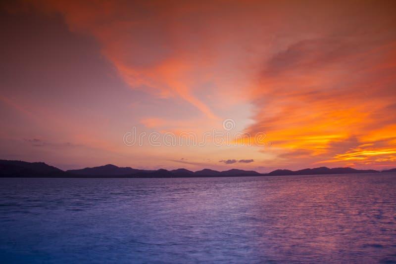 Por do sol na praia e nas montanhas um bonito fotografia de stock royalty free