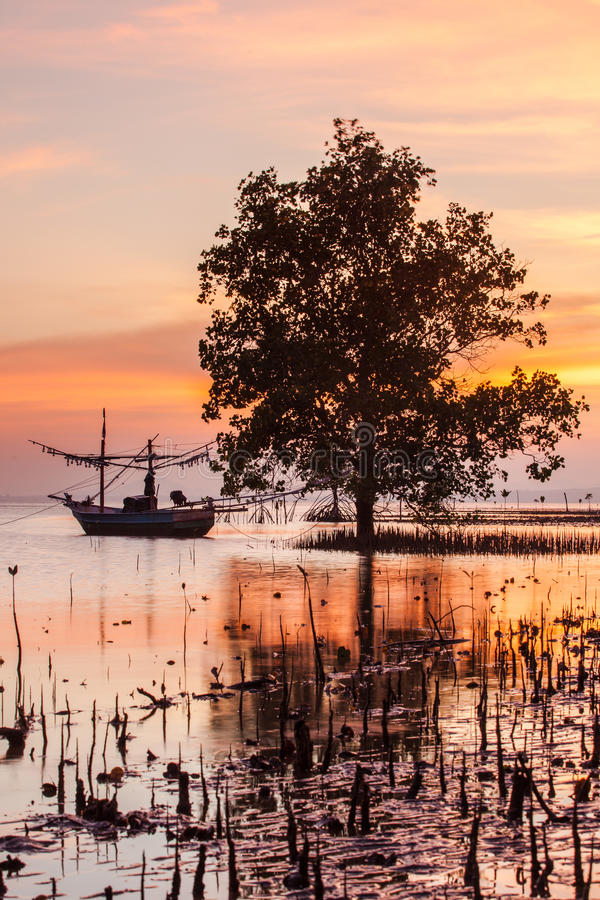 Por do sol na praia em Prachuapkhirikhan, Tailândia imagens de stock