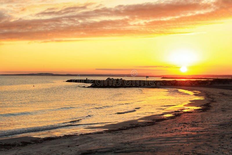 Por do sol na praia em Santa Pola, Espanha de Alicante fotografia de stock royalty free