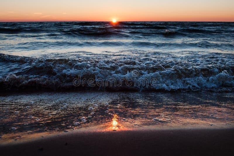 Por do sol na praia, Letónia, mar Báltico fotografia de stock