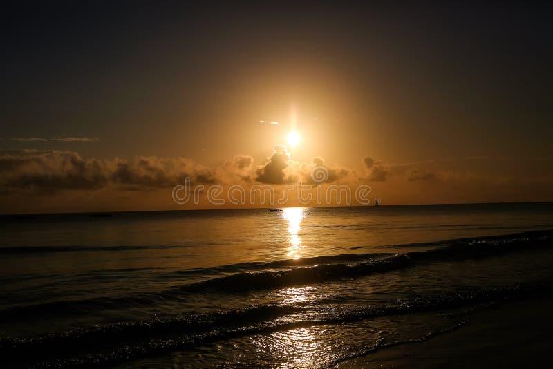 Por do sol na praia na noite Nascer do sol no mar bonito La fotografia de stock royalty free