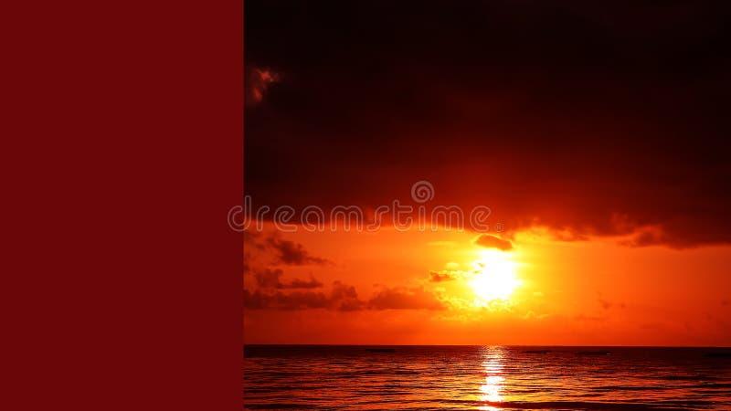 Por do sol na praia na noite Nascer do sol no mar bonito La imagem de stock