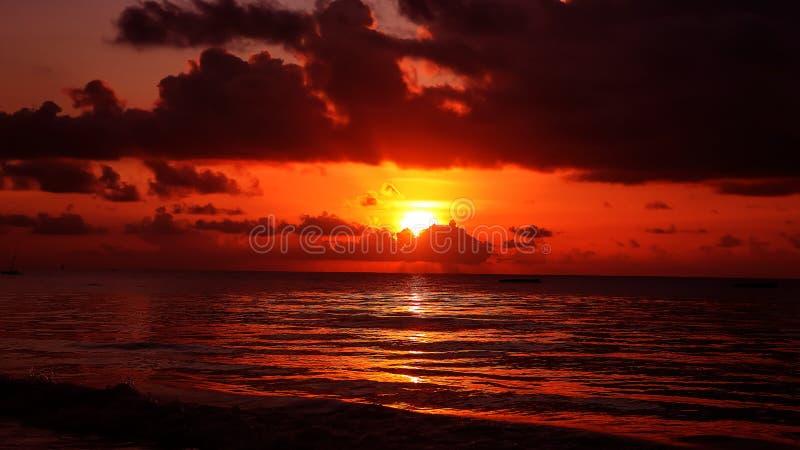 Por do sol na praia na noite Nascer do sol no mar bonito La fotografia de stock