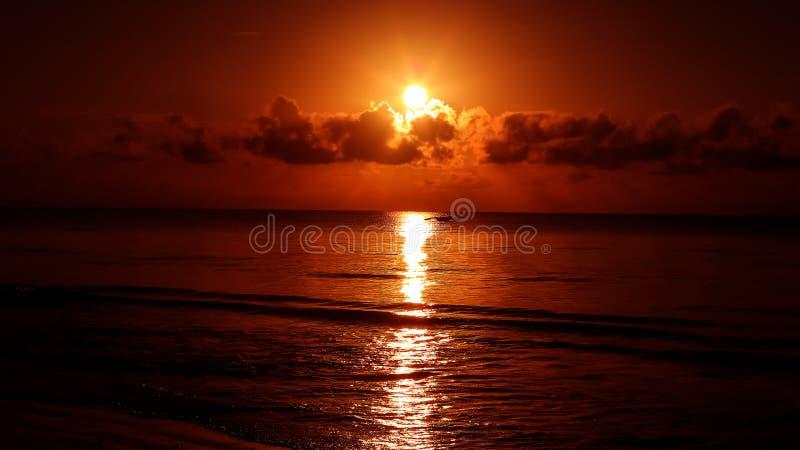 Por do sol na praia na noite Nascer do sol no mar bonito La imagem de stock royalty free