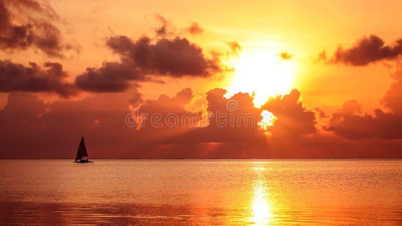 Por do sol na praia na noite Nascer do sol no mar bonito La imagens de stock royalty free