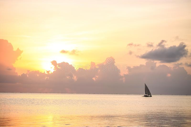 Por do sol na praia na noite Nascer do sol no mar bonito La fotos de stock royalty free
