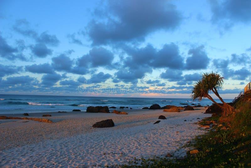 Por do sol na praia norte de Kirra foto de stock royalty free