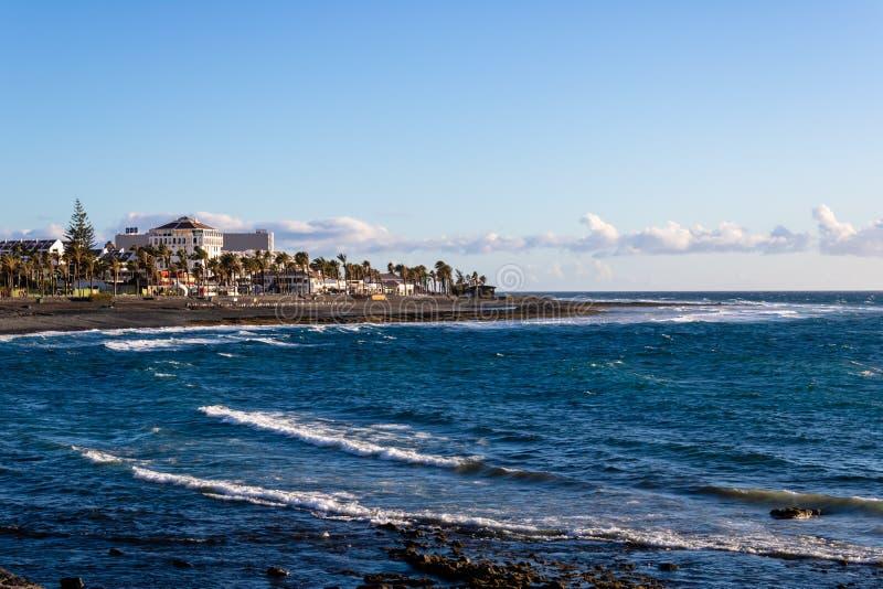 Por do sol na praia perto de Costa Adeje, Tenerife, Espanha - imagem foto de stock royalty free