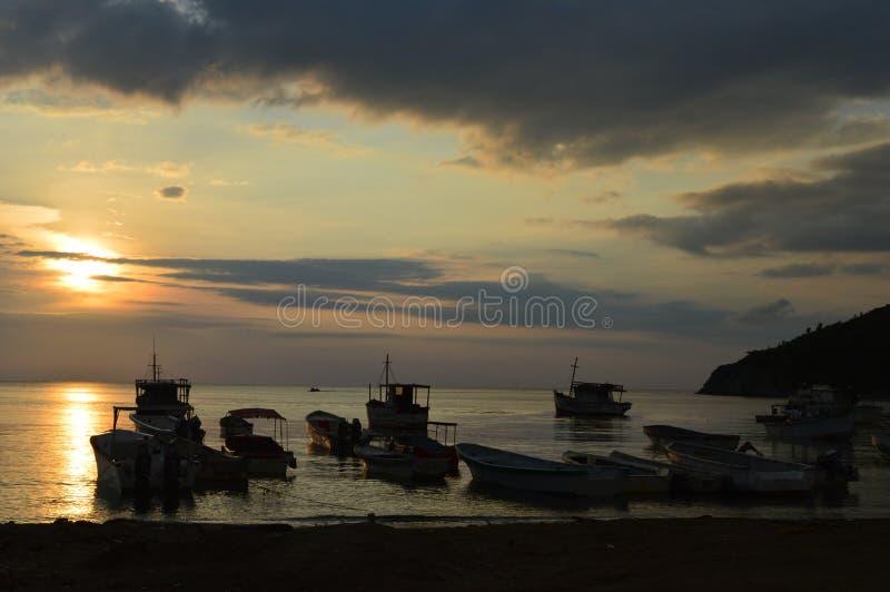 Por do sol na praia do taganga fotografia de stock