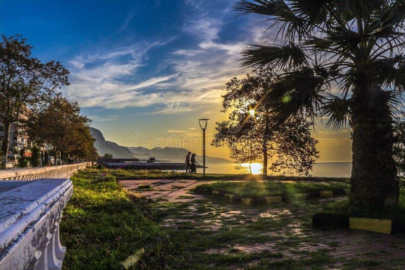 Por do sol na praia uma paisagem da tarde imagem de stock
