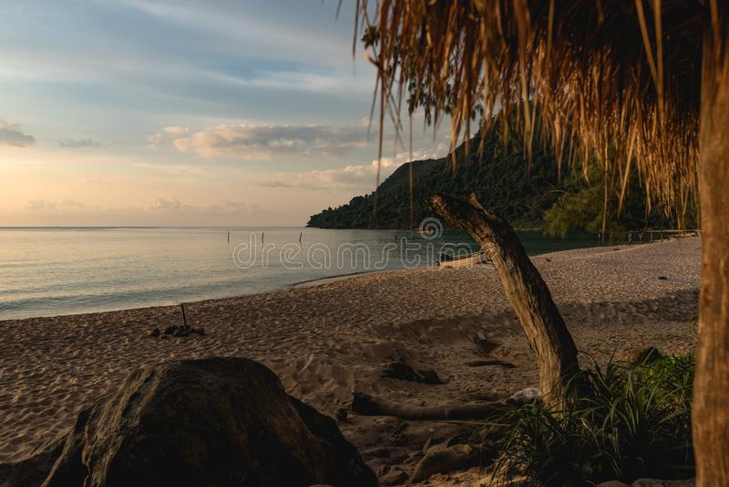 Por do sol na praia vazia bonita Praia do por do sol, Koh Rong Samloem imagens de stock royalty free