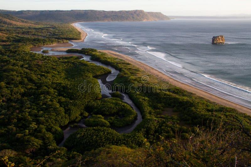 Por do sol na rocha da bruxa, Santa Rosa NP, Costa-Rica fotos de stock