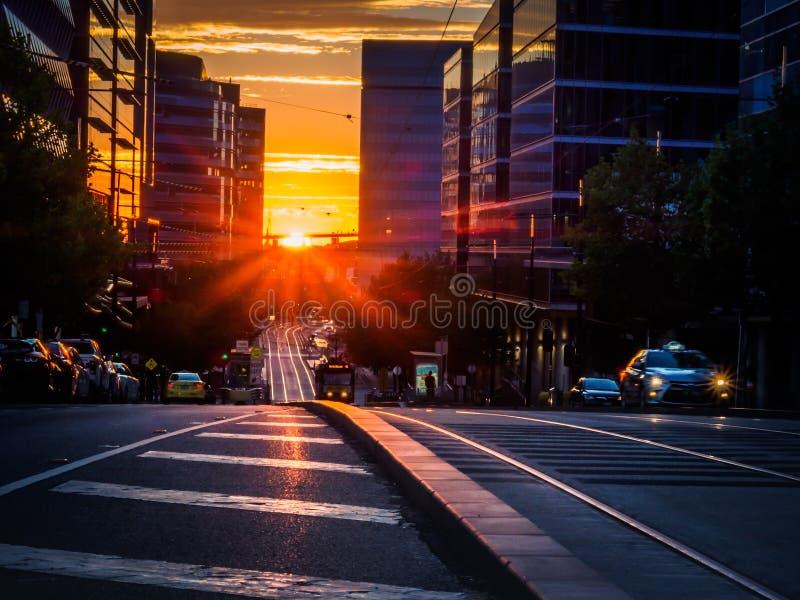 Por do sol na rua da cidade imagens de stock royalty free