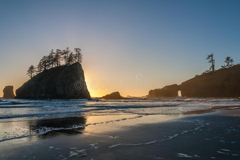 Por do sol na segunda praia perto do impulso do La, parque nacional olímpico imagens de stock