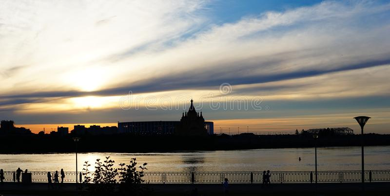 Por do sol na terraplenagem de Nizhnevolzhskaya imagem de stock royalty free