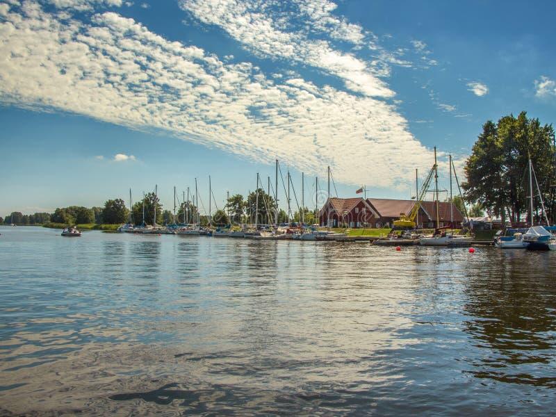 Por do sol na vila Minge perto do rio Minija, Lituânia fotos de stock royalty free