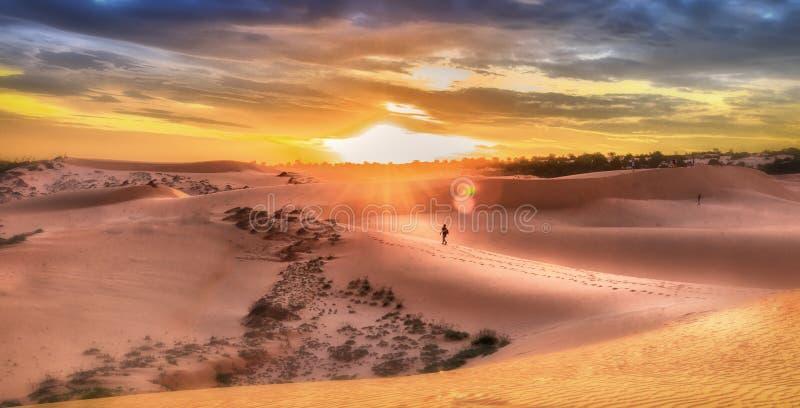 Por do sol nas dunas de Mui Ne, Binh Thuan imagem de stock