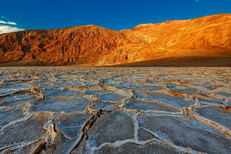 Por do sol nas formações de Badwater no parque nacional de Vale da Morte foto de stock royalty free