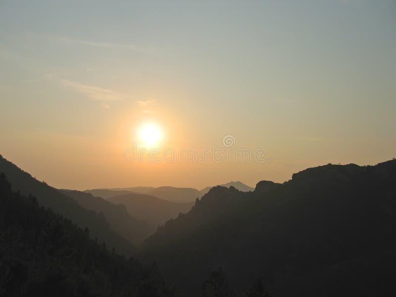 Por do sol nas montagens provencal fotografia de stock royalty free