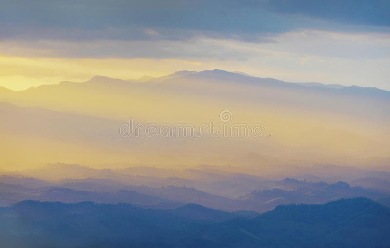 Por do sol nas montanhas foto de stock royalty free