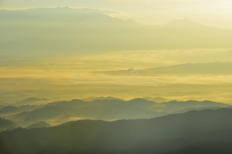 Por do sol nas montanhas fotografia de stock royalty free