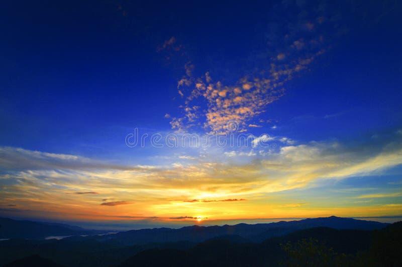 Por do sol nas montanhas imagem de stock royalty free