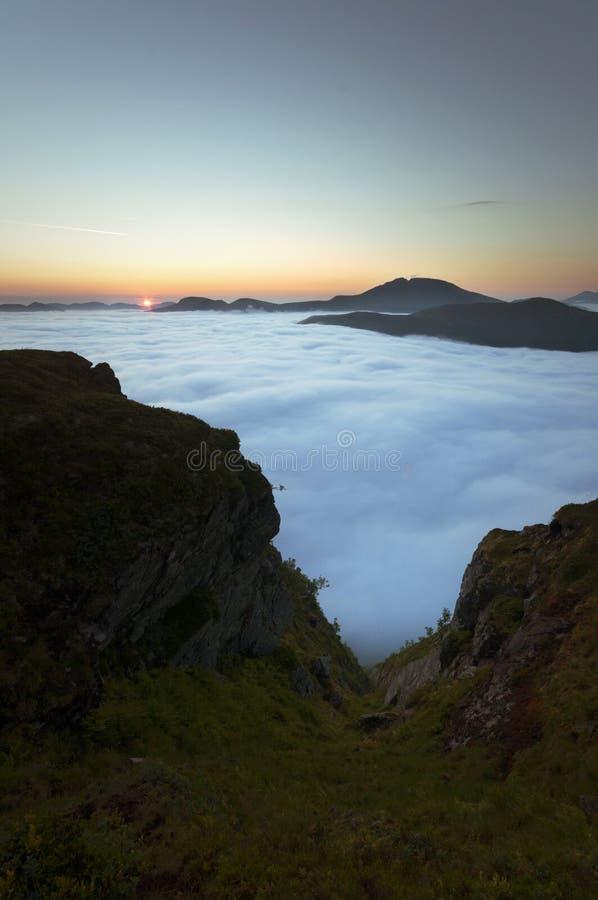 Por do sol nas montanhas acima das nuvens, na montanha de Grotshornet fotos de stock
