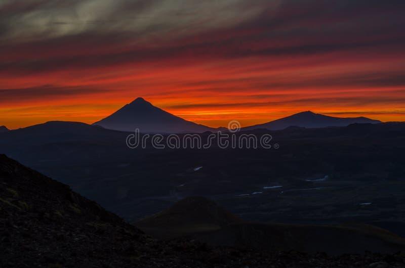 Por do sol nas montanhas de Kamchatka imagem de stock royalty free