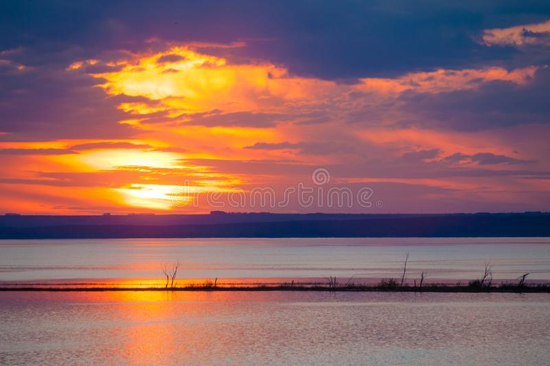 Por do sol nas nuvens sobre a água imagens de stock royalty free