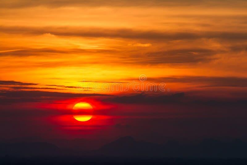 Por do sol nas nuvens sobre o fundo vermelho do céu do por do sol fotos de stock
