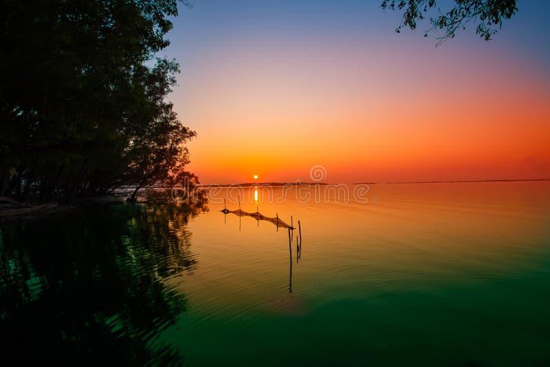 Por do sol, nascer do sol - alvorecer, primavera, cais, lago imagem de stock