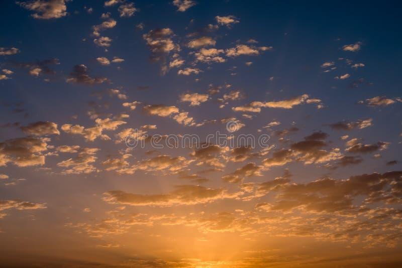Por do sol/nascer do sol com nuvens fotografia de stock royalty free