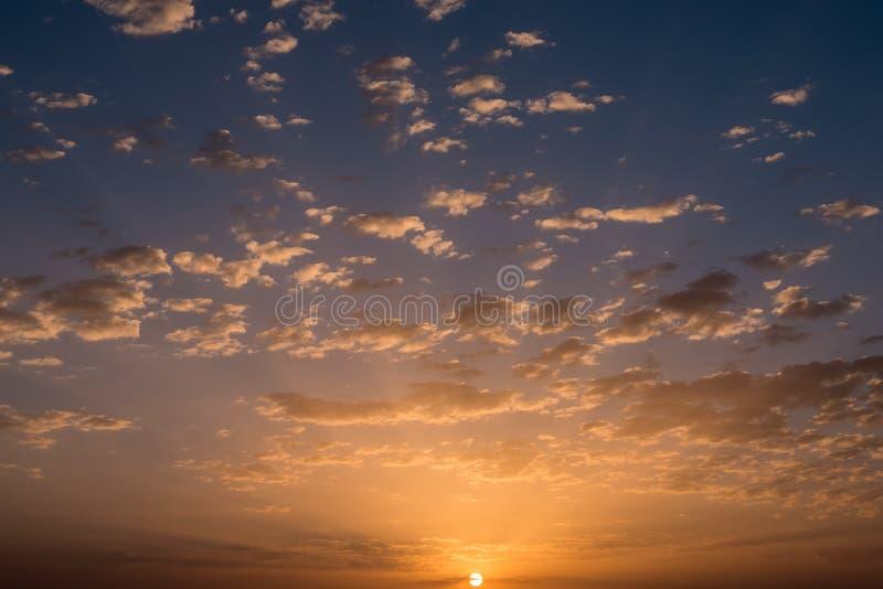 Por do sol/nascer do sol com nuvens foto de stock royalty free