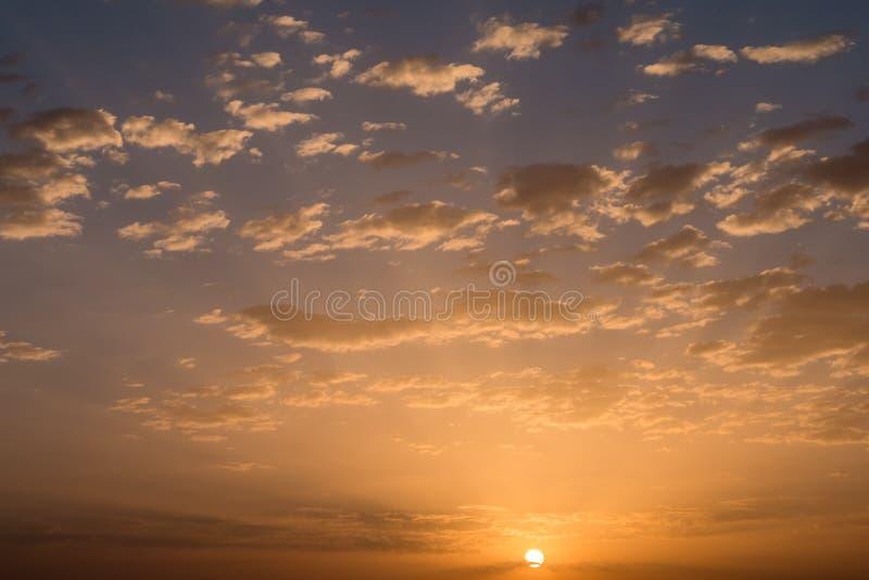 Por do sol/nascer do sol com nuvens imagens de stock