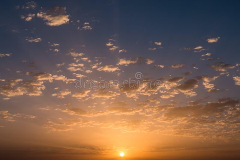 Por do sol/nascer do sol com nuvens fotografia de stock