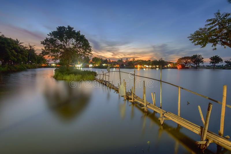 Por do sol, nascer do sol, Tanjung Burung, Tangerang, ponte de bambu, árvore, paisagem, natureza imagens de stock