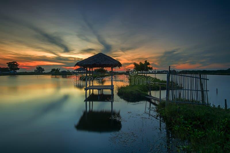 Por do sol, nascer do sol, Tanjung Burung, Tangerang, ponte de bambu, árvore, paisagem, natureza, cabana foto de stock