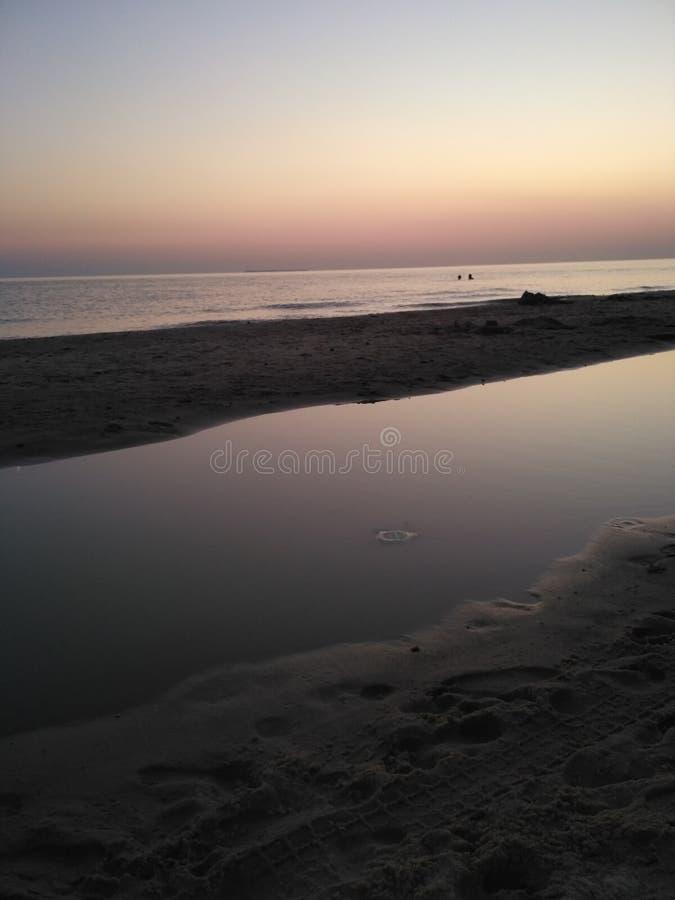 Por do sol natural da faia da água do mar imagens de stock
