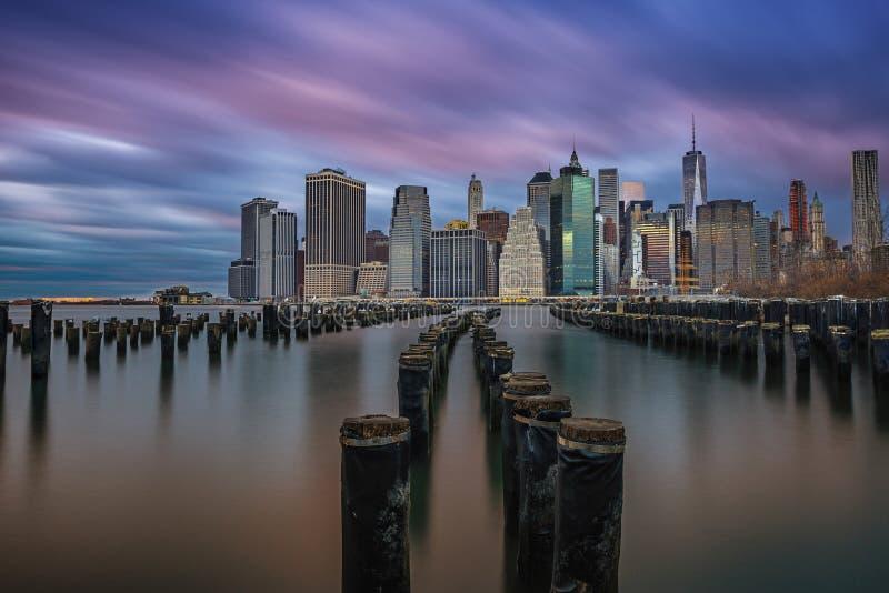 Por do sol nebuloso sobre Manhattan de Brooklyn imagem de stock royalty free