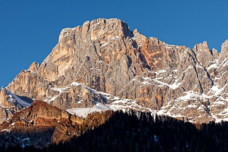 Por do sol nevado do céu da montanha da paisagem do inverno imagens de stock royalty free
