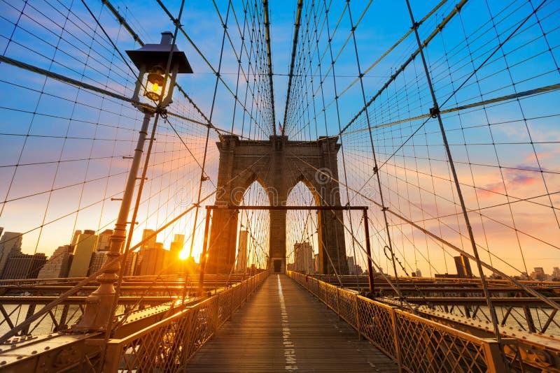Por do sol New York Manhattan da ponte de Brooklyn fotografia de stock royalty free