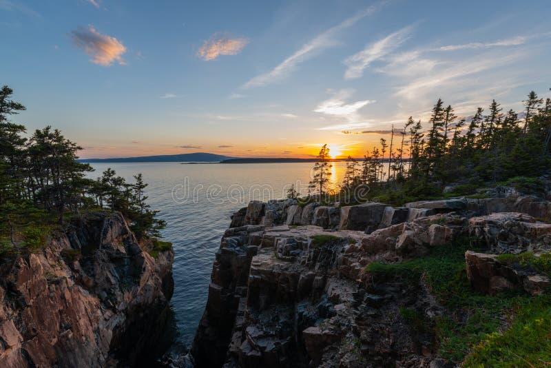Por do sol do ninho dos corvos no parque nacional do Acadia foto de stock royalty free
