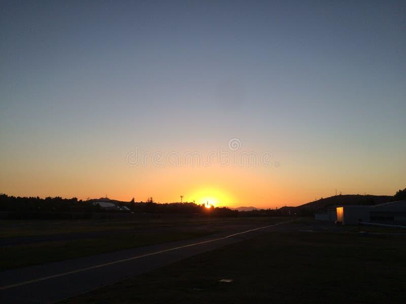 Por do sol no aeroporto imagem de stock