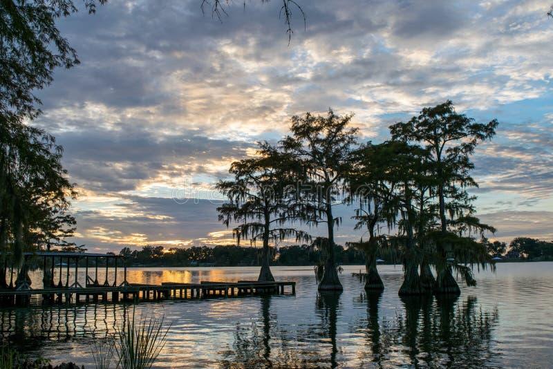 Por do sol no Bruin do lago em St Joseph Louisiana foto de stock royalty free